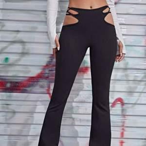Snygga svarta byxor med hål, storlek S