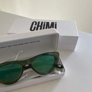 Säljer min ascoola chimi solglasögon! De är modell 006 i färgen kiwi med spegelglas. De är helt slutsålda på hemsidan. Köpta förra året för 999kr men inte kommit till användning då jag inte riktigt kan bära upp dom. Buda från 250kr i kommentarsfältet💕💕💕💕 KÖP DIREKT FÖR 400kr❤️