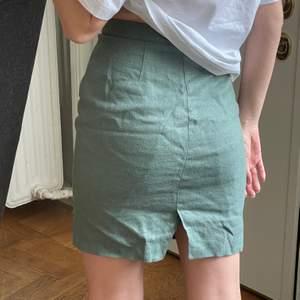 Riktigt cool kjol köpt vintage i linne. I grön färg, säljs då den sitter en aning tight på mig med S. Står storlek 36, men är nog åt 34-36 hållet! Frakt kostar 45
