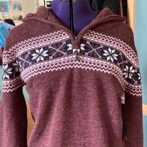 Super mysig stickad tröja i klassiskt mönster (köparen står för eventuell frakt)💕