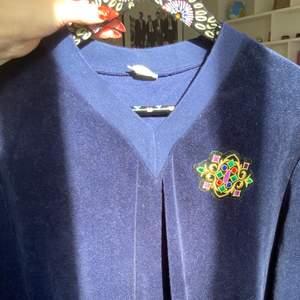 Super snygg v neck tröja i sammet, går tyvärr inte att se märket (köparen står för eventuell frakt)💕