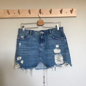 Kort jeanskjol, insydd baktill för bättre passform! Köparen står för frakten!