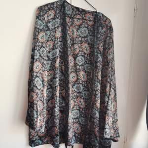 Multifärgad kimono från amys. Storlek 44/46. 50kr.