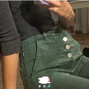 Gröna Jens med bootcut från Zara, klippta nertill men fortfarande väldigt långa för mig som är 166cm. ❗️De två bilderna i början, ej mina❗️