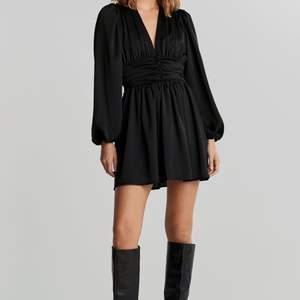 Supersöt klänning som endast är använd på julafton, säljer pågrund av att den inte kommer komma till användning. Superbra skick då den endast är använd några timmar. Nypris 599kr