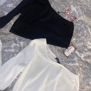 1 svart och 1 vit one shoulder croppade tröjor från boohoo i ribbat material. aldrig använda med lapparna kvar, skriv för egna bilder! 💛 tröjorna är i storlek 38 men skulle mer säga 36! 50kr/st eller båda för 120 inklusive frakt