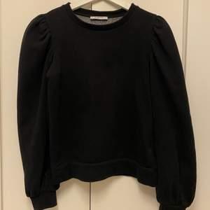 Jag säljer två stickade tröjor och en svart sweatshirt med puffärm. Alla kostar 100kr styck. 🦋 Sweatshirten är från pieces i storlek XS och är i bra skick, den är inte noppig. Den lila stickade tröjan är från bik bok i storlek S och är jättefin med ett vitt linne eller t-shirt under. Den är också i jätte bra skick eftersom den bara är använd 2-3 gånger. Den rosa stickade tröjan är från H&M men är köpt på Afound. Den är i storlek S är jätte mjuk och skön. Även den är i fint skick. Färgen är lite mörkare i verkligheten 💞  Köparen står för frakten.