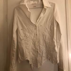 Super cool vit skjorta med detaljer nertill, köpt vintage. Passar XS.💛