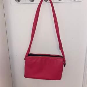 Super cool och snygg  rosa handväska med tre större fack och 2 mindre fack. passar perfekt till sommaren. säljer för ca 30  kr. Pris kan diskuteras
