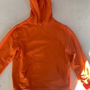 Super fin orange hoodie från Stay, väl använd men inga defekter! Säljer för att det inte är min stil längre