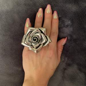 Tung ring i metall . Ros 🌹
