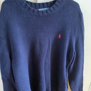 En så fin stickad tröja från Ralph Lauren, funkar både till kille & tjej ✨💙