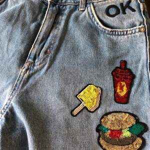 Säljer dessa super fina jeans som jag köpte i Milano. Knappt använda då de är för lite för små och för korta på mig. Som referens är jag 178cm lång, och har storlek s-m på jeans beroende på modell. Spårbar frakt via postnord tillkommer på 66kr💞