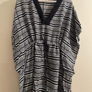 Lexington strandklänning med snöre i midjan. Storlek medium/large.
