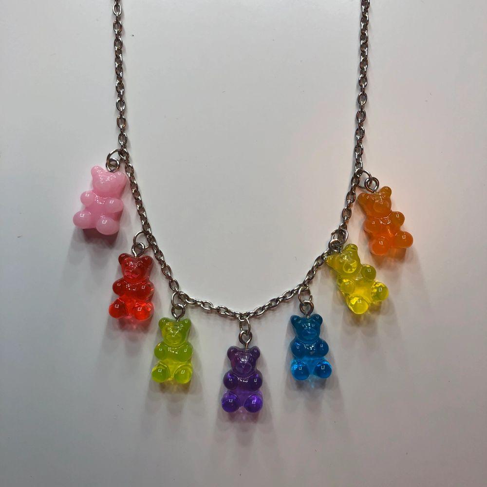 Ett halsband med små gummibjörnar på! Super fint och sparsamt använt! Säljs då det inte kommer till användning längre🥰 skriv vid frågor✨. Accessoarer.