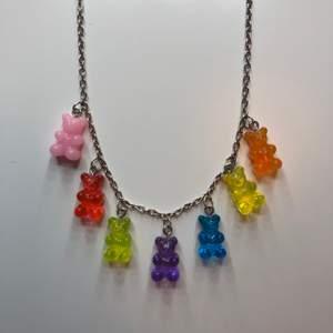 Ett halsband med små gummibjörnar på! Super fint och sparsamt använt! Säljs då det inte kommer till användning längre🥰 skriv vid frågor✨