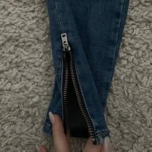 Tighta jeans med dragkedja längst ner