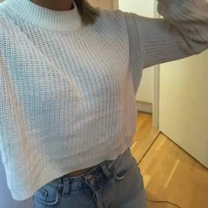 En kort stickad tröja från Ginatricot väldigt fin men kommer inte till användning längre. Den är storlek xs och säljer för 80kr köparen står för frakten 💕