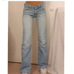 Köpte dessa fantastiska jeans men dem var tyvär för små för mig😢 Dom är mörkblå och har w26 och L32. Första bilden är lånad från hon jag köpte från! Jag är flexibel och kan mötas upp i Täby c och stan👌🏼Priset ligger på 350kr just nu💕