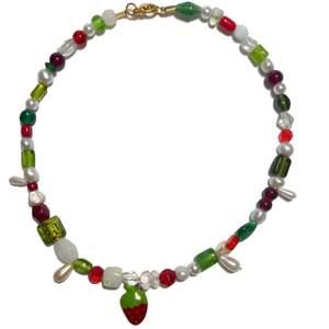 Handgjort halsband med en blandning av vaxpärlor och glaspärlor samt en jordgubbs berlock. Ca.40 cm långt. Skriv för fler bilder eller frågor, frakt ingår i pris💗🍓