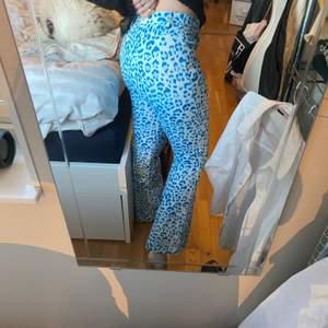 Trendiga blåa leopard byxor i polyester säljer pga försmå för mig mitt midjemått är 69cm skulle säga att dessa passar en 34-36 om fler är intresserade blir de budgivning