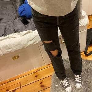 Populära jeans från zara, jag är 1,78 lång och jeansen är i stl 36 men passar på mig som vanligtvis är 38