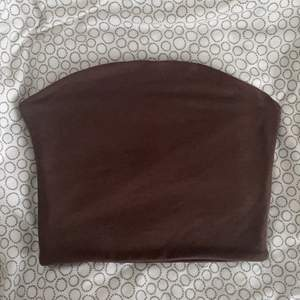 En brun bandeau topp från bikbok. (Aldrig använd då den var liten på mig som vanligtvis har S)