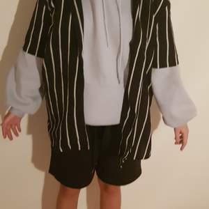 En vit svart randig skjorta i bra skick!!! Går att sätta över hoodie eller bara ha den som den är. Går att knäppa också.