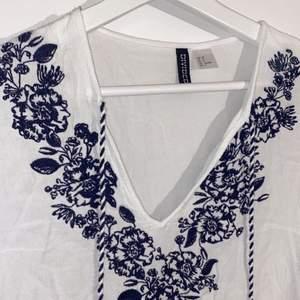 Super vacker blus från h&m i fina mönster. Nästan aldrig använt så den är som ny. Storlek 38. Pris kan diskuteras ❤️