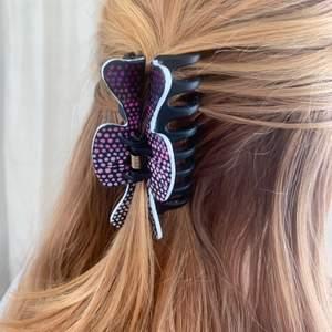 Handmålad svart hårklämma med rosa och vita detaljer! Tillverkas endast en gång! Kostar 70 kr med FRI FRAKT🥰