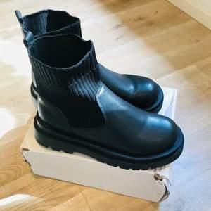 Helt nya svarta boots från Shein. Säljer pga fel storlek för mig. Det är 39 men skulle mer säga det är en 38!