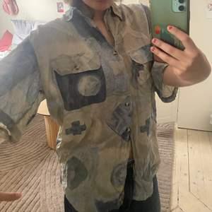 Så snygg oversized skjorta! Prefekt nu till sommaren så fin och unik men kommer ej till användning längre!💖