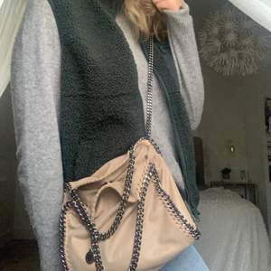 Säljer min fina Falabella mini tote från Stella Mcartney. Medföljer dustbag och tags/äktenhetsbevis. Skriv för fler bilder💓har en några få små fläckar i väskan av en penna men som inte syns kan skicka fler bilder om man av att se dem annars toppskick 4000 plus frakt
