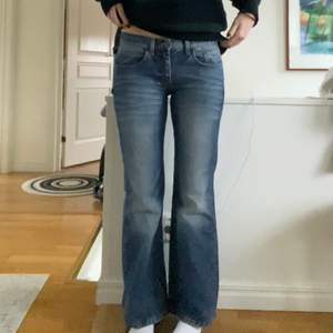 lågmidjade bootcut jeans från tommy hilfiger i perfekt skick! tyvärr för korta på mig som är 177. innerbenslängd 76cm midjemått 77cm. köpte dem för 500