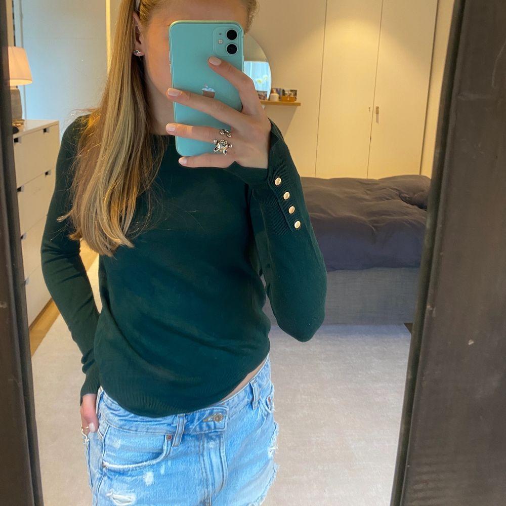 Säljer en sjukt snygg mörkgrön stickad tröja med guldiga detaljer från Zara. Den finns inte att köpa längre och den passar till allt!!💜💜. Tröjor & Koftor.