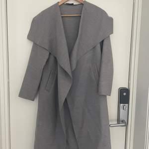 Säljer en tunnare grå kappa som jag inte rikigt vet vilket märke eller butik den är ifrån. Men en fin grå kappa med öppna fickor. Säljer för 100kr eller bud!