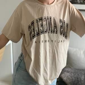Säljer denna beiga t-shirt då den inte kommer till användning. Bra skick. Pris kan diskuteras. Kontakta mig vid intresse eller för fler bilder. Köparen står för frakt <3