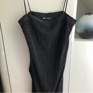 En tunnare svart klänning från Zara, slits på båda sidorna längst ner. Oanvänt skick, köptes i våras.