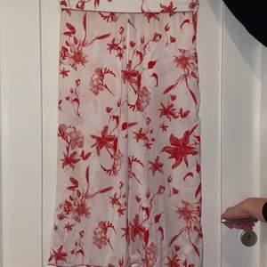 Sköna och luftiga kimono byxor i vit med rött mönster. Storlek Medium.