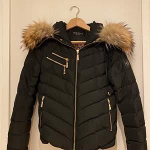 Jag säljer en äkta Hollies jacka som köptes för ca 2 år sedan. Säljer pga att jag knappt använt den och därav har den hängt i garderoben sedan jag köpte den. Mycket fint skick! Nypris 3 499kr, jag säljer för 950kr inklusive frakt :)