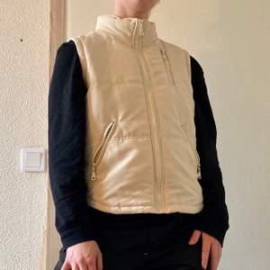 Lätt väst i beige från True Fashion. Perfekt med en hoodie under till våren! Säljes pga kommer ej till användning. Jag är 176cm. Köparen står för frakt💖