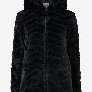 Fuskpäls jdyEvan Long Fake Fur Hood Jacket från Jacqueline de Yong i mjuk, skimrande svart fuskpäls med strukturmönster. Dragkedja fram och fickor i sidorna. Fast huva. Tunt, vävt foder. Längd ca 71 cm i stl S. 100% polyester. Helt ny - aldrig använd. Säljes då jag rensar i garderoben :)