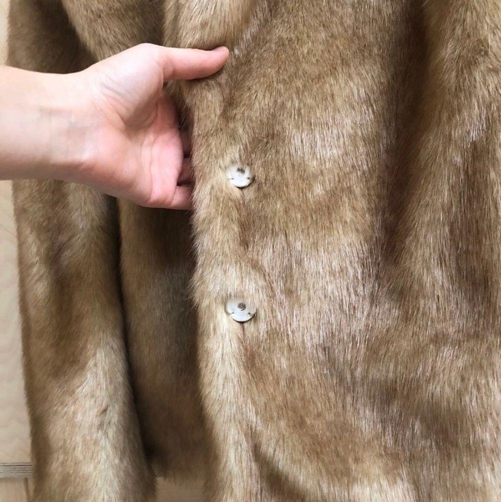 Super fin fejkpäls jacka i storlek 40 men skulle säga att den är mer 38💖 hör av er om ni har frågor!. Jackor.