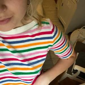 Jätteskönt material! Jag har klippt ärmarna på tröjan men man ser knappt att jag klippt. Från & Other stories