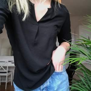 Simpel, svart blus som passar till det mesta, från Vero Moda. V-ringad med knappar på ärmarna. Använd ett flertal gånger. Säljer eftersom den blivit för liten.  Strl: XS   Pris: 60 kr + frakt