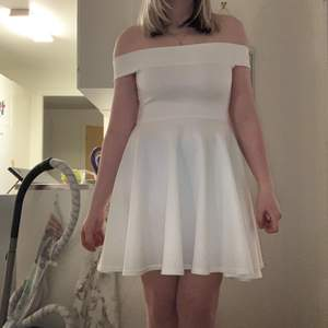 Säljer en helt ny klänning då jag råkade köpa två likadana, den är off-shoulder och väldigt skönt material, den är väldigt gullig och passar bra till en avslutning eller om man ska till något finare träff, frakt tillkommer