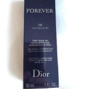 Säljer Dior Forever Foundation i färg 2W. Köptes som present till min mamma, hennes namn är 'graverat' på baksidan av behållaren men det är inget som påverkar produkte. Köptes i fel färg så produkten är ny/oanvänd. Pris. 395kr + frakt. Betalning sker via Swish. Jag skickar med posten. Referenser finns från mina tidigare köpare. Skicka PM vid intresse. ♡
