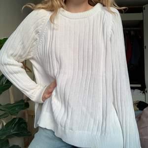 En vit stickad tröja från Monki i fint skick. Riktigt tjock och mjuk! Passar XS-L.