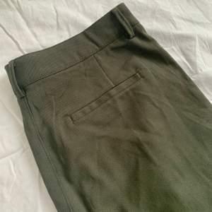 Oanvända cargobyxor från Lindex i fint tyg med fickor på sidorna. Vid modell, som sitter tightare upptill med vida ben. Köptes 2020, men fick tyvärr aldrig användning för dem och nu är de för stora. Storlek 44. Dold dragkedja i gylf samt knapp. Skriv gärna vid frågor. :)