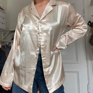 Skjorta i satin/silkes liknande tyg! Storlek M! Skriv vid fler frågor eller fler bilder!💘💘💘